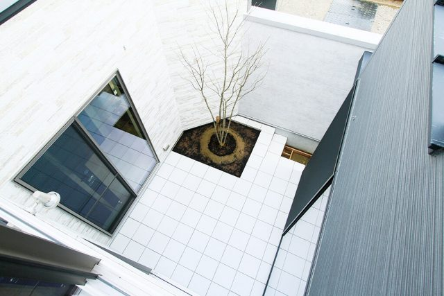 ラグジュアリーな居心地を日常に 中庭から光が注ぐ大空間のお家 ハーバーハウス上越支店
