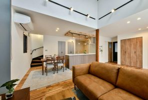 無垢×ヴィンテージ LDKの大きな吹き抜けが家族を繋ぐ家 ハーバーハウス長野支店