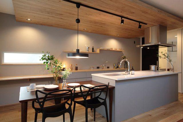 吹き抜け&アイランドキッチンがスタイリッシュな広々LDKの家 ハーバーハウス上越支店