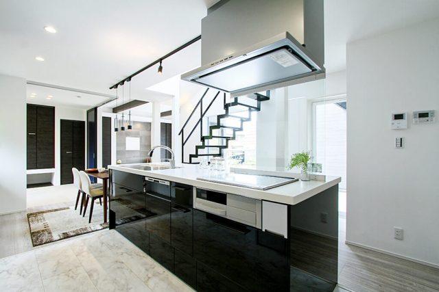 多目的に利用できる広いポーチ×インナーガレージ アイランドキッチンを中心に回遊できるラクラク動線の家 ハーバーハウス上越支店